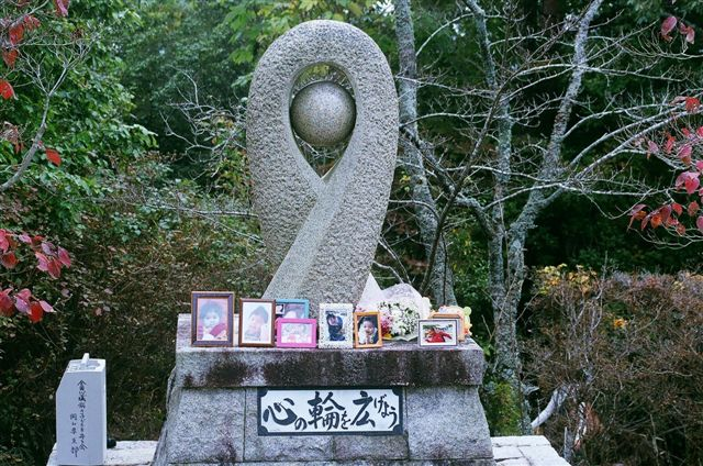 慰霊碑に並んだ写真